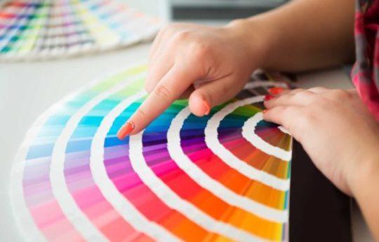 een foto van iemand die een kleur kiest