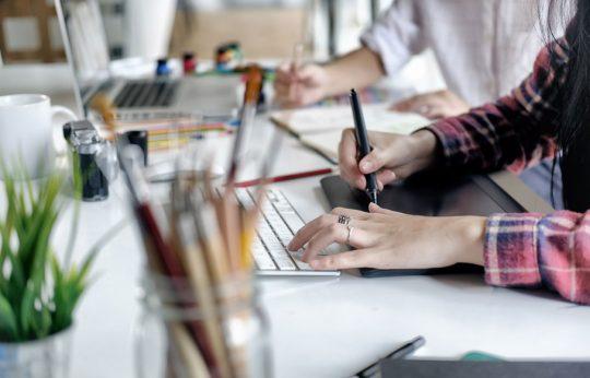 grafisch ontwerper die met een wacom tablet werkt