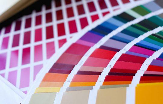 Een pantone kleurenwaaier met verschillende mooie kleuren